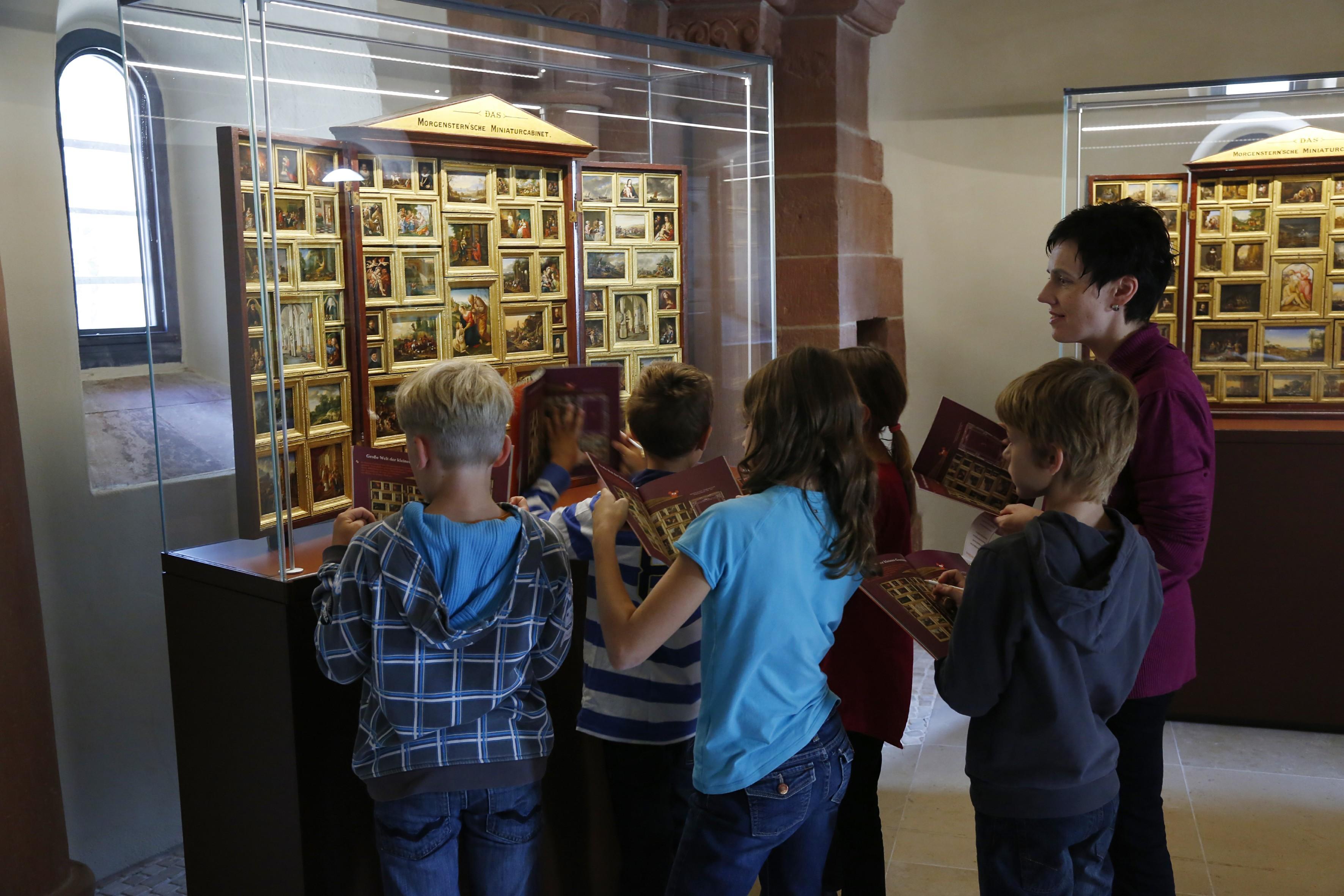 Eine Gruppe von Kindern betrachtet eines der Morgensternschen Miniaturkabinette