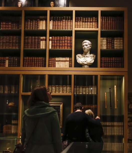 Hier zeigt ein Bild Besucher in der Sammlung Waldschmidt