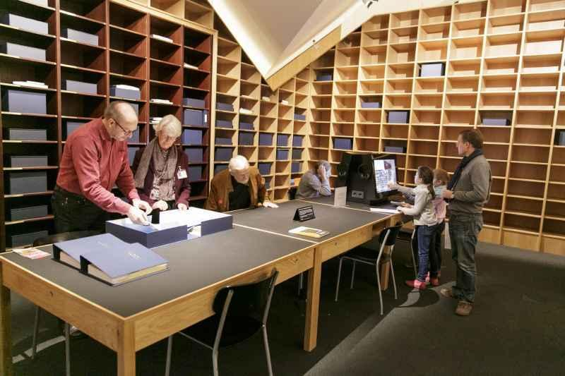 Besucher/innen recherchieren in der Bibliothek der Generationen