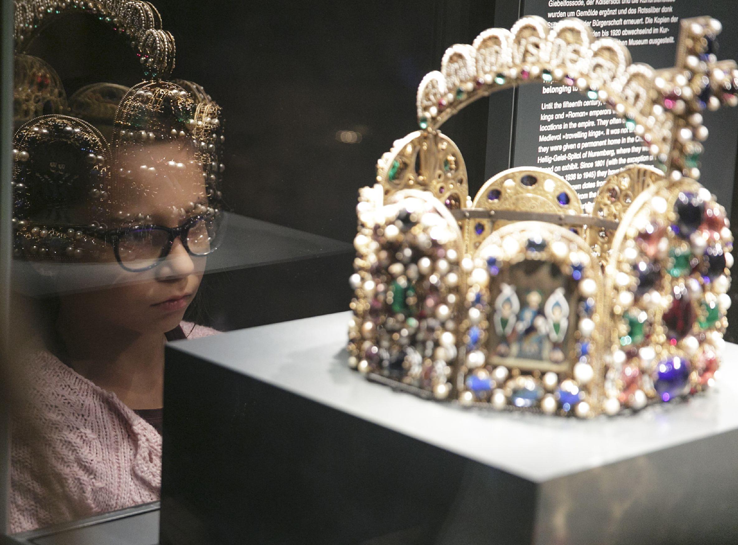 Mädchen betrachtet Kaiserkrone
