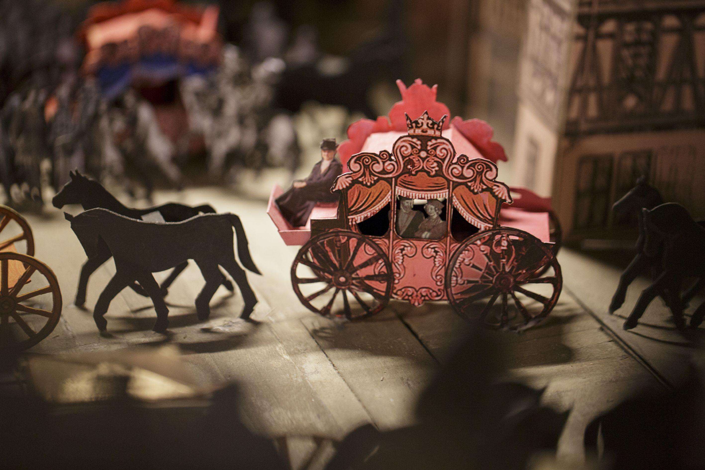 Das Foto zeigt eine Pferdekutsche, die zum Krönungszug gehört.
