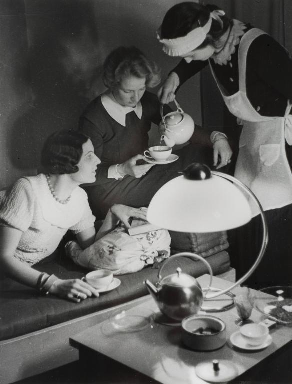 Paul Wolff,  Alfred Tritschler, Trautes Heim, Besuch beim Tee, 1930 © HMF Horst Ziegenfusz