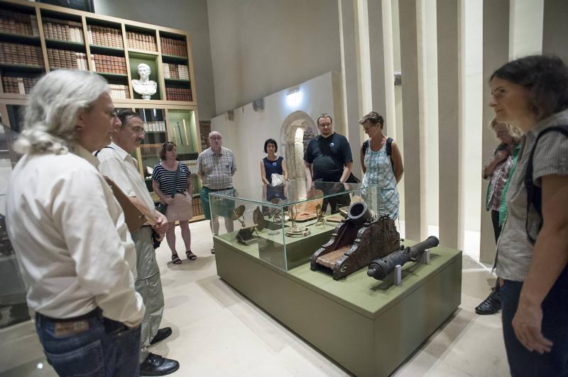 Ein Foto zeigt eine Gruppe bei der Führung durch die Sammlung Waldschmidt