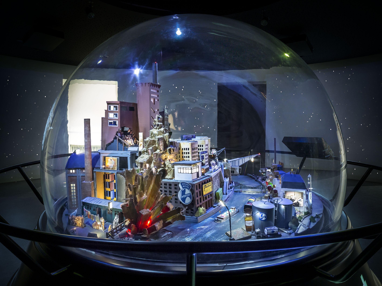 Diese Bild zeigt das Modell der Industrie-und Chemiestadt in der Schneekugel im Museum