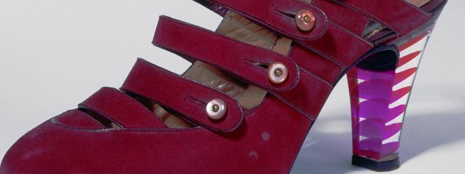 Das Foto zeigt einen roten Lederpumps von 1941