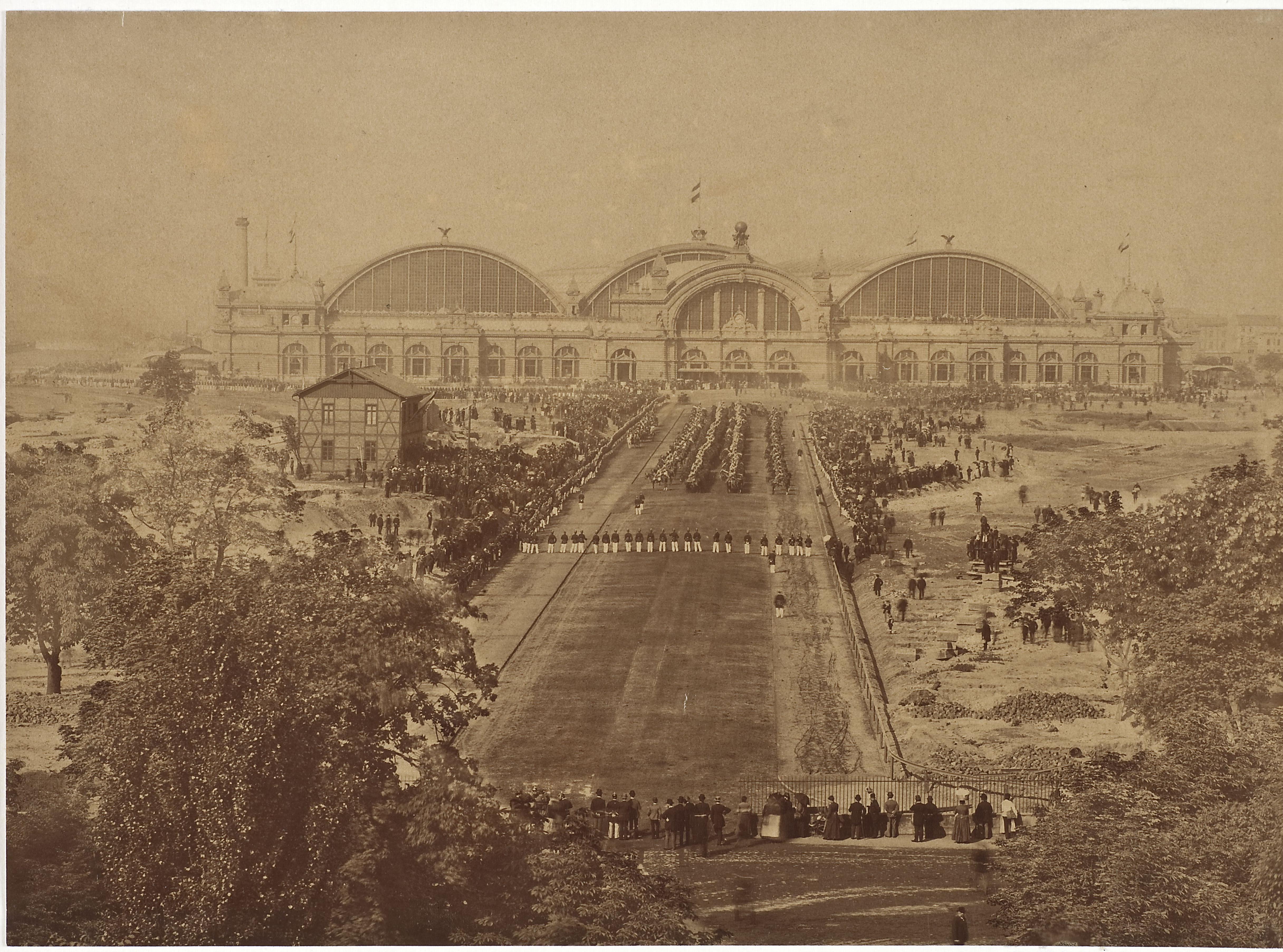 Dieses Bild zeigt ein Foto der Parade zum Empfang König Humberts I. von Italien im Mai 1889 vor dem Hauptbahnhof