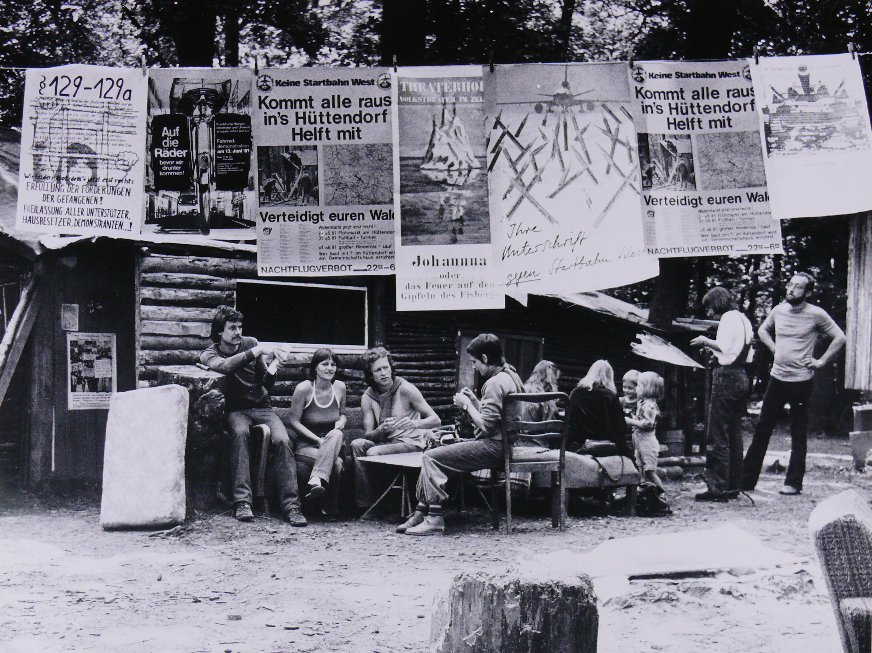 Das Foto zeigt eine Szene aus dem Hüttendorf, Proteste gegen die Startbahn West 1981