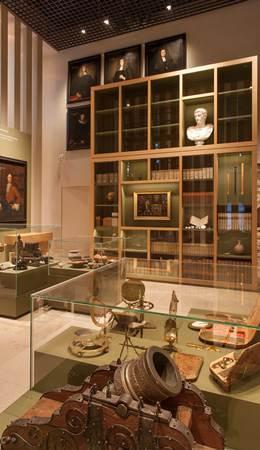 Blick auf die Sammlung Waldschmidt mit Messgeräten und Bibliothek in Vitrinen