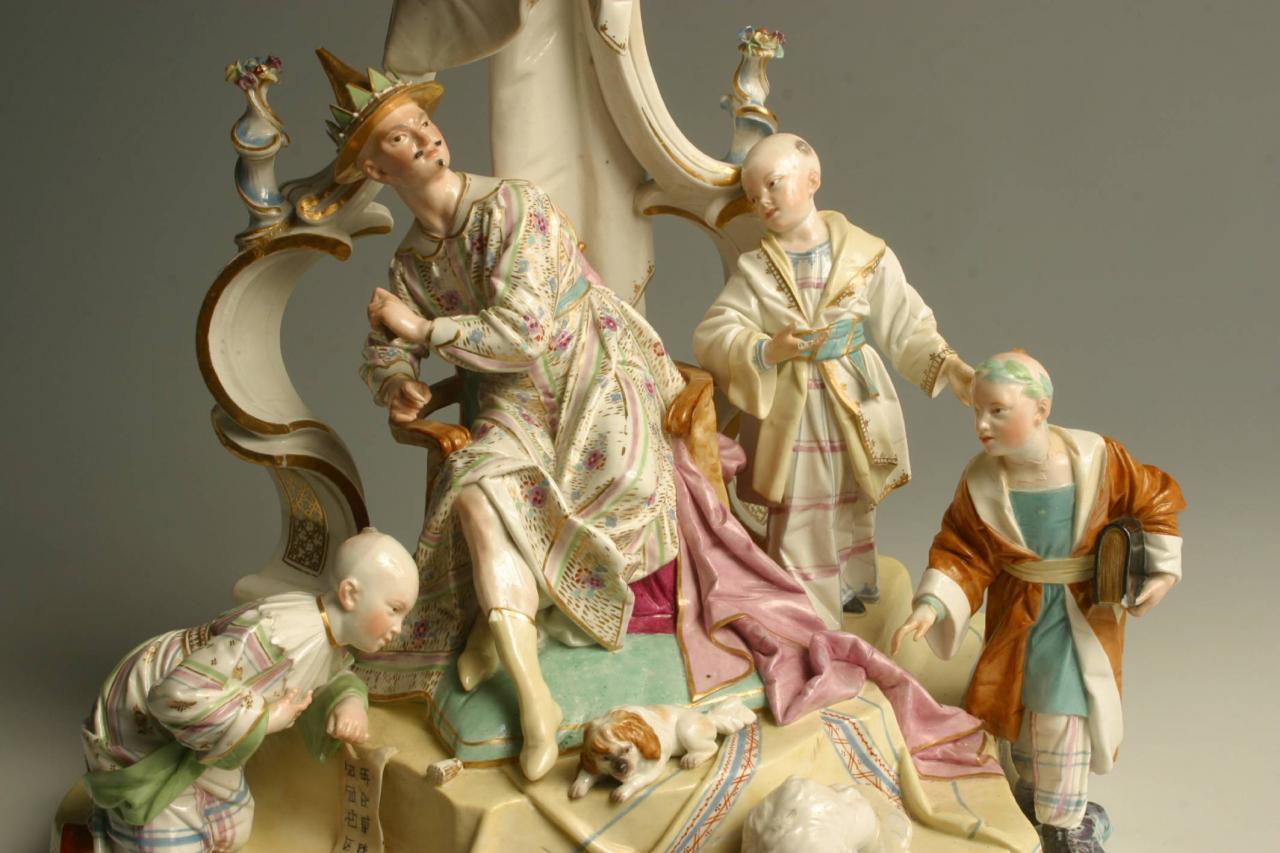 Das Foto zeigt eine Porzellangruppe von Peter Melchior mit dem chniesischen Kaiser